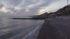 Paysage merveilleux de mer, ligne de côte, colline verte au coucher du soleil avec le ciel nuageux clips vidéos