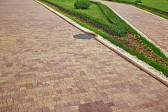 Paysage moderne de jardin d'agrément avec la PA carrelée de mosaïque de Colofulr Photographie stock libre de droits
