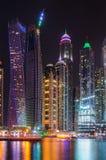 Paysage moderne de ville de nuit avec des gratte-ciel Photo stock