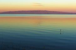 Paysage mongol avec le lac et les montagnes Photographie stock libre de droits