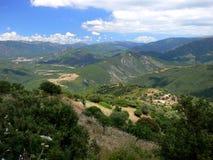 Paysage montagneux avec la ferme isolée en Sardaigne image stock