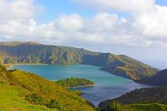 Paysage montagneux d'île volcanique avec le lac de cratère, Açores, Portugal photo stock
