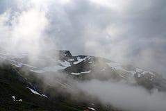 Paysage montagneux de la Norv?ge Nuages et montagnes image stock