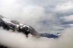Paysage montagneux de la Norv?ge Nuages et montagnes photos stock