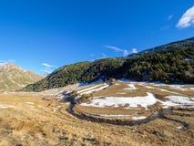 Paysage montagneux en Andorre avec une petite maison au milieu images stock