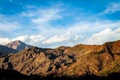 Paysage montagneux pendant le coucher du soleil images libres de droits