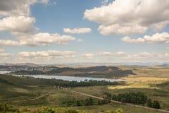 Paysage montagneux vert avec le ciel partiellement opacifié image libre de droits