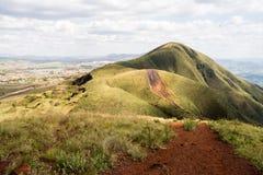 Paysage montagneux vert avec le ciel partiellement opacifié photographie stock