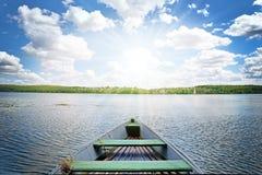 Paysage mystique avec le bateau isolé sur l'étang sur le backgroun Image stock