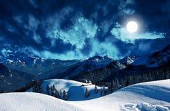 Paysage mystique d'hiver avec la pleine lune Photographie stock