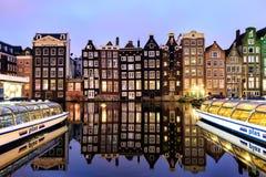 Paysage néerlandais avec ses maisons de côté de canal et bateaux de visite photographie stock libre de droits