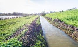 Paysage néerlandais avec une digue et un fossé Photographie stock libre de droits