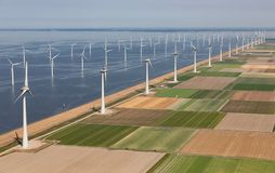 Paysage néerlandais de vue aérienne avec des turbines de vent de reflux le long de côte images libres de droits