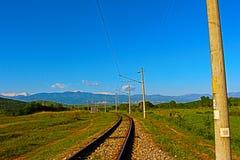 Paysage naturel de la ligne ferroviaire de Muletarovo, massif de Kozhuh, fraîcheur de vert de montagne de Pirin photographie stock