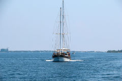 Paysage nautique avec le rétro voilier Voyage de mer sur le yacht de navigation - mode de vie de luxe en été Bord de la mer près  Photo stock