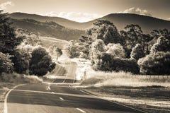 Paysage noir et blanc de route rurale dans l'Australie image stock