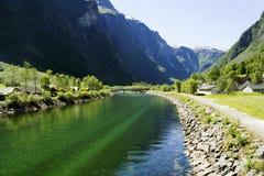 Paysage norvégien avec des cascades et des montagnes Photo libre de droits