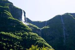Paysage norvégien avec des cascades et des montagnes Image stock