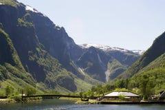 Paysage norvégien avec des cascades et des montagnes Photographie stock libre de droits