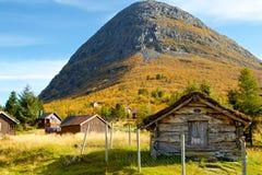Paysage norvégien typique de village de montagne Photos stock