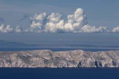 Nuages au-dessus de l'île Krk Images libres de droits