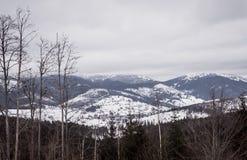 Paysage nuageux d'hiver des montagnes carpathiennes en Europe de l'Est image libre de droits