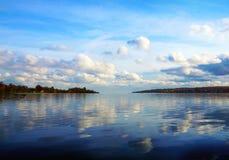 Paysage nuageux sur la rivière Volga Photographie stock