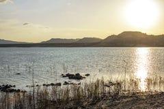 Paysage orange de r?flexion de l'eau de lac sunset R?flexion de l'eau de coucher du soleil Vue orange de coucher du soleil de riv photographie stock libre de droits