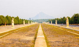 Paysage oriental de Qing Mausoleums - constructions de routes principales d'esprit Photo stock