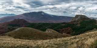 Paysage panoramique avec des collines et des nuages Images libres de droits