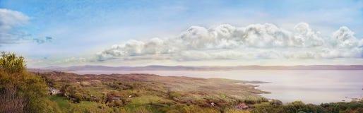 Paysage panoramique avec des cumulus Images stock