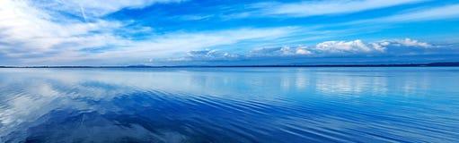Paysage panoramique bleu de coucher du soleil. Lagune d'Orbetello, Argentario, Italie. image stock