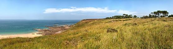 Paysage panoramique côtier rocheux approximatif de la Bretagne avec le ciel bleu Photographie stock libre de droits