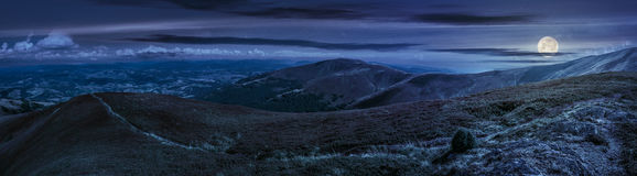 Paysage panoramique d'été dans Carpathiens la nuit photos libres de droits