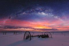 Paysage panoramique d'hiver dans le lever de soleil avec le paysage de ciel nocturne de double exposition photographie stock