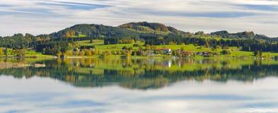 Paysage panoramique dans la région Allgaeu avec refléter de gamme de montagne d'alpes symétrique dans le lac image libre de droits