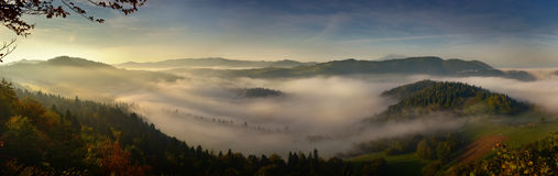 Paysage panoramique de brouillard de lever de soleil en montagne de Pieniny Image stock