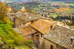 Paysage panoramique de la Toscane avec de vieux toits traditionnels de maisons, cyprès, vignobles, Italie Photos stock