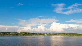Paysage panoramique de rivière d'été Photographie stock
