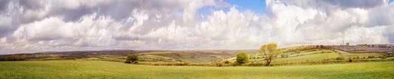 Paysage panoramique le jour nuageux dans une ville de liège Photo stock