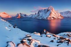Paysage panoramique, montagnes d'hiver et r?flexion de fjord dans l'eau La Norv?ge, les ?les de Lofoten photographie stock libre de droits