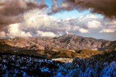 Paysage pittoresque avec la montagne neigeuse et le ciel bleu Troodos Images stock