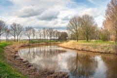 Paysage pittoresque avec une rivière étroite Photos libres de droits