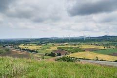Paysage pittoresque de champ de ferme avec le générateur de vent photos libres de droits