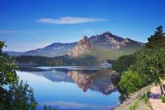 Paysage pittoresque de lac de montagne Photographie stock libre de droits