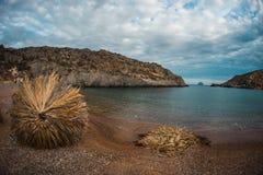 Paysage pittoresque de mer avec des parapluies faits de palmettes, KY Photos libres de droits
