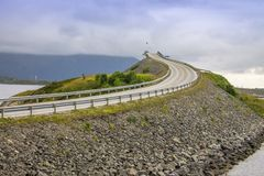 Paysage pittoresque de mer de la Norvège avec le pont Image stock