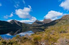 Paysage pittoresque de montagne avec le lac photo libre de droits