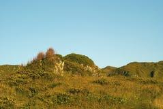 Paysage pittoresque de montagne d'automne avec le ciel bleu image libre de droits