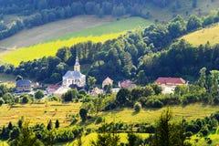 Paysage pittoresque scénique de campagne Vaste vue de panorama de village de Jugow dans Owl Mountains Gory Sowie, Pologne Photographie stock